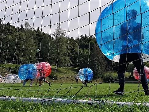 Bubble Soccer auf dem Fußballplatz